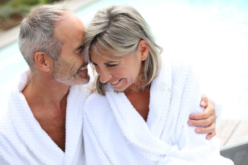 Paar in badjas die zich verenigen royalty-vrije stock afbeelding