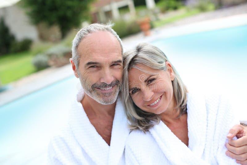 Paar in badjas het ontspannen in kuuroordhotel royalty-vrije stock foto's