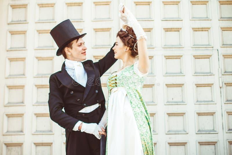 Paar in balzaalkostuums royalty-vrije stock foto's
