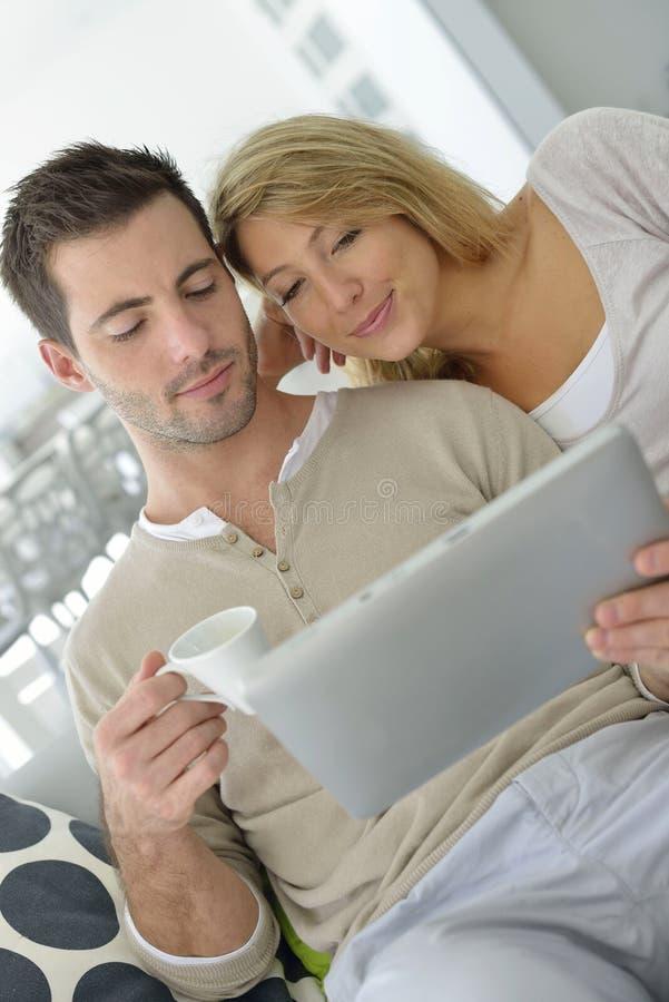 Paar in bank het websurfing met tablet royalty-vrije stock fotografie
