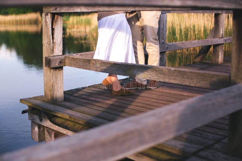 Paar benen op de brug royalty-vrije stock fotografie