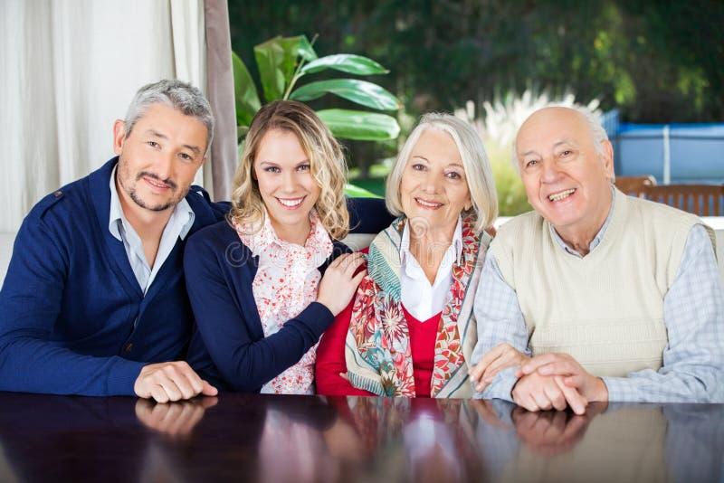 Paar-Besuchsgroßeltern am Pflegeheim stockbilder