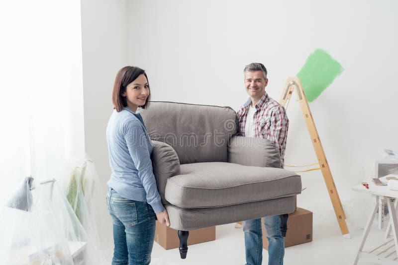 Paar bewegend meubilair in hun nieuw huis royalty-vrije stock foto