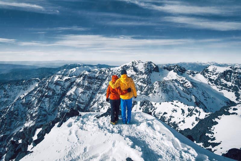 Paar bij de bovenkant van Jebel Toubkal in Marokko royalty-vrije stock foto