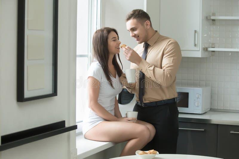 Paar bij de keuken stock foto