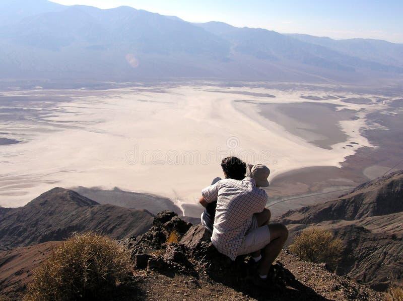 Paar bij de Mening van Dante, het Nationale Park van de Doodsvallei stock fotografie
