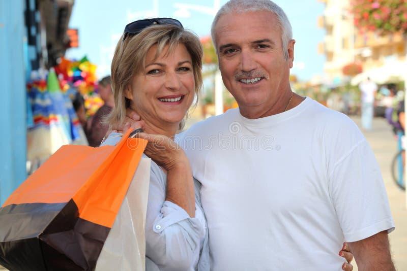 Paar bij een markt royalty-vrije stock afbeeldingen