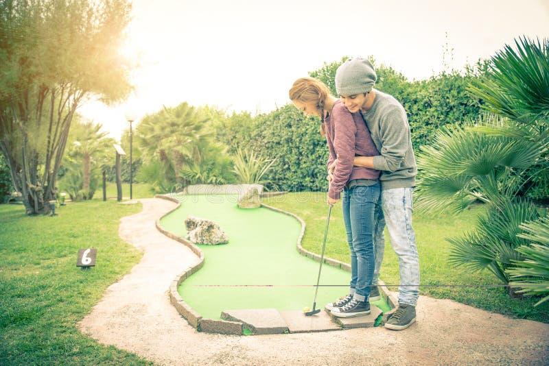 Paar bij golfclub stock afbeelding