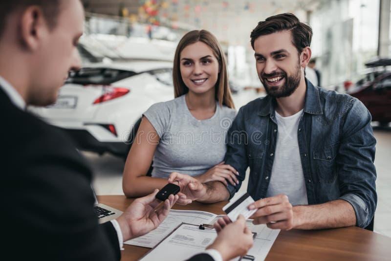 Paar bij het autohandel drijven royalty-vrije stock foto's