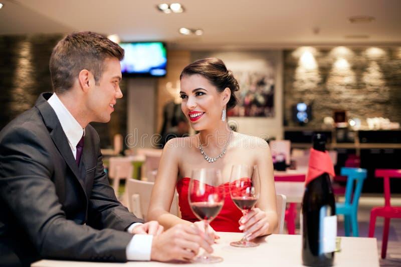 Paar bij het dateren in romantisch stock foto