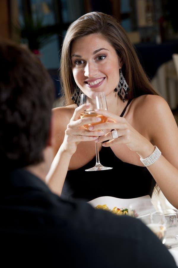 Paar bij het Restaurant stock foto's