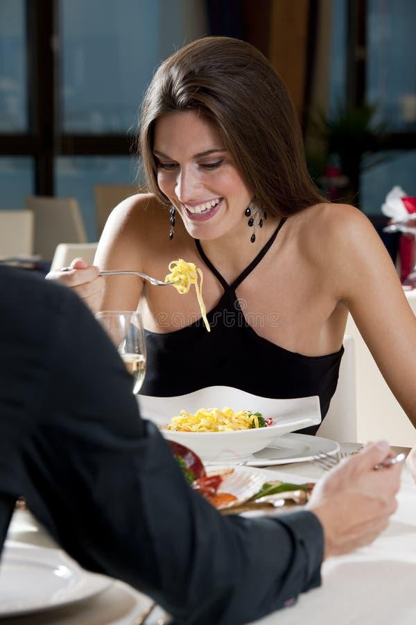Paar bij het Restaurant royalty-vrije stock fotografie