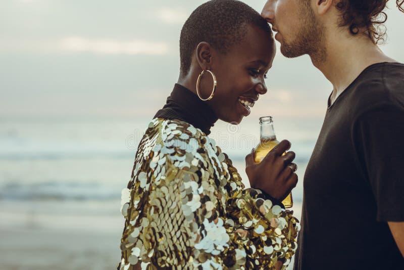 Paar bij het strand in romantisch ogenblik royalty-vrije stock fotografie