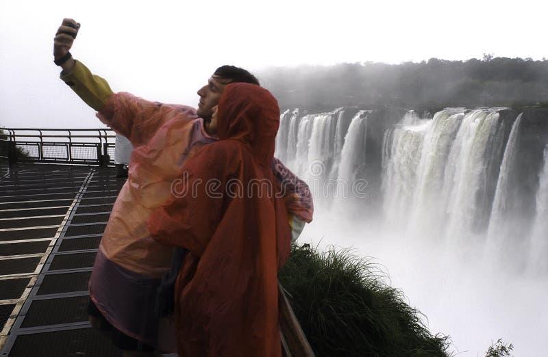Paar bij Iguazu-Dalingen royalty-vrije stock foto