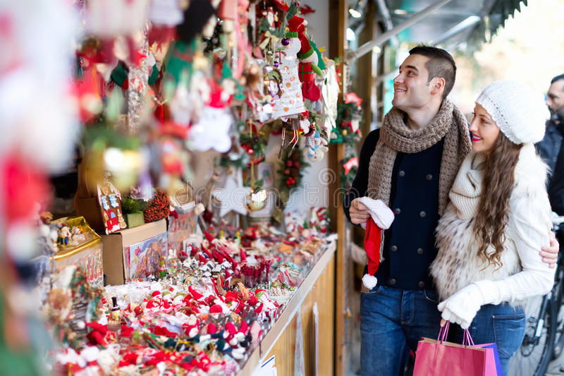 Paar bij Kerstmismarkt royalty-vrije stock afbeeldingen