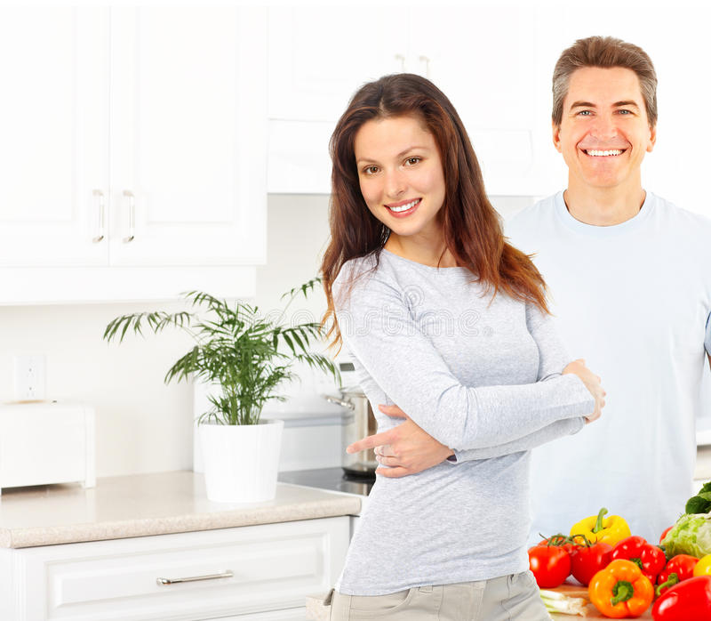 Paar bij keuken stock foto's