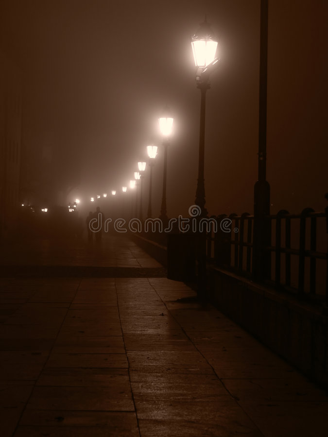 Paar bij mistige nacht stock afbeeldingen