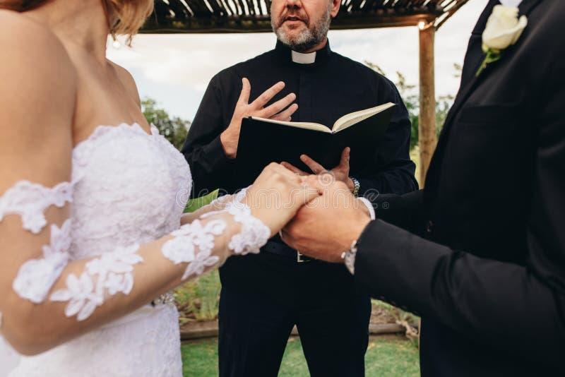 Paar bij openluchthuwelijksceremonie stock afbeelding
