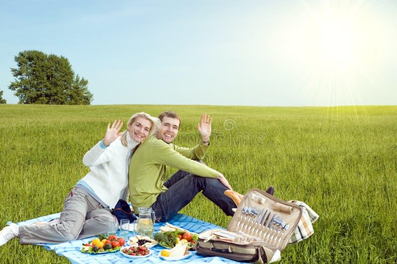 Paar bij picknick stock afbeeldingen