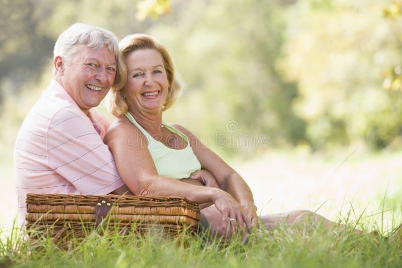Paar bij picknick het glimlachen stock afbeelding