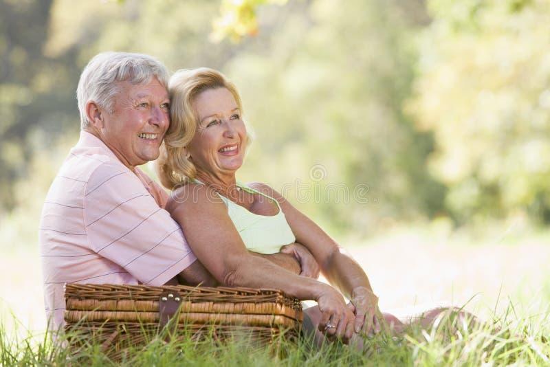 Paar bij picknick het glimlachen royalty-vrije stock afbeeldingen