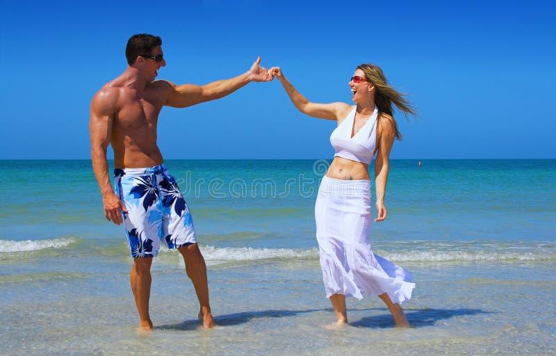 Paar bij strand royalty-vrije stock foto