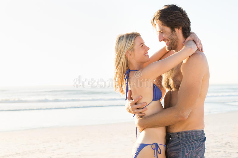 Paar bij strand het genieten van royalty-vrije stock fotografie