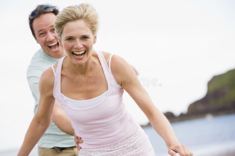 Paar bij strand het glimlachen stock foto's