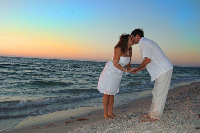 Paar bij strand het kussen royalty-vrije stock foto's