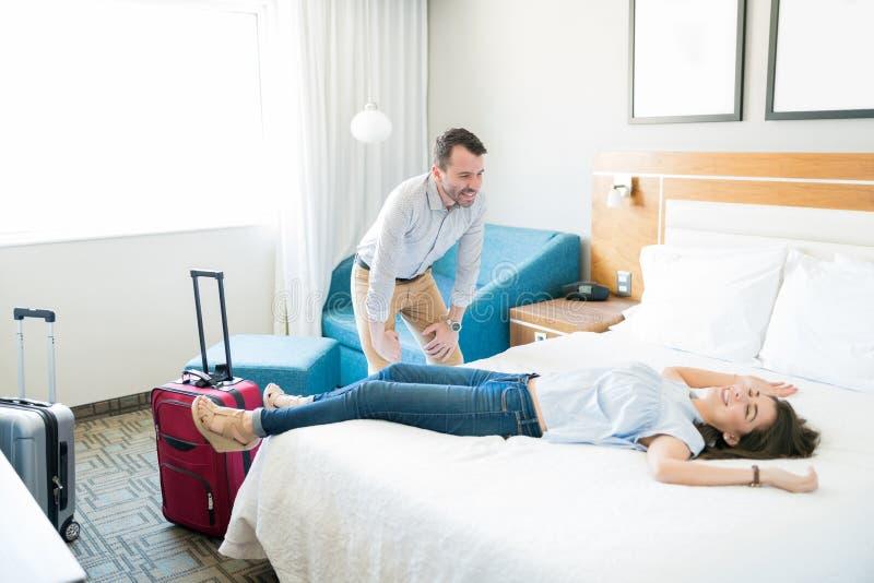 Paar bij Wittebroodsweken het Ontspannen in Hotelzaal royalty-vrije stock afbeelding
