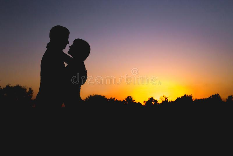 Paar bij Zonsondergang Liefde, verhouding, kus geluk stock foto's