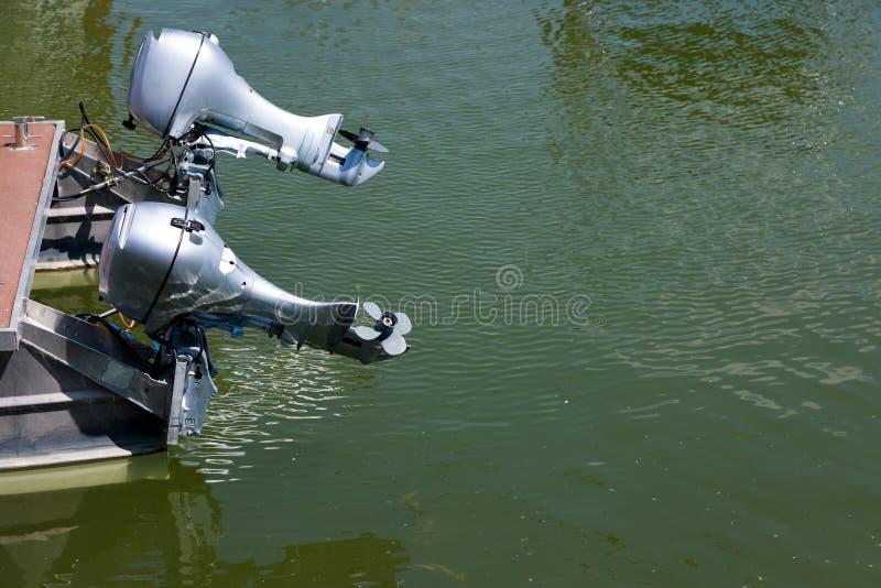 Paar bootmotoren - medio onze grootte van water stock afbeeldingen