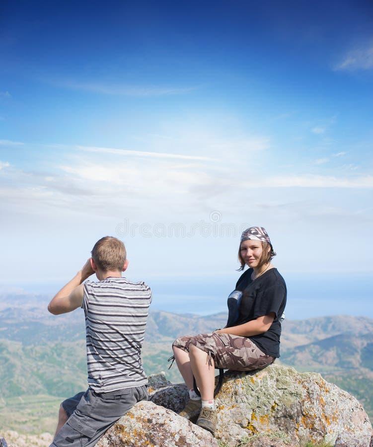 Paar bovenop een berg stock afbeelding