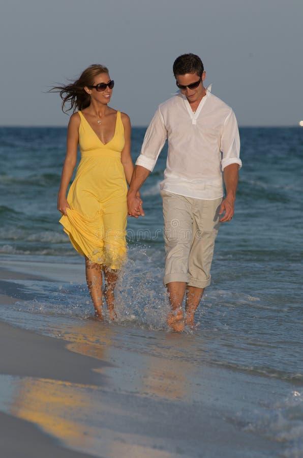 Paar in branding in strand stock fotografie