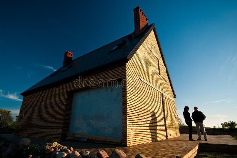 Paar buiten houthuis stock fotografie