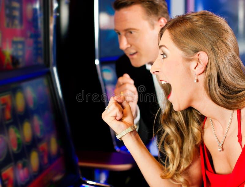 Paar in Casino stock foto