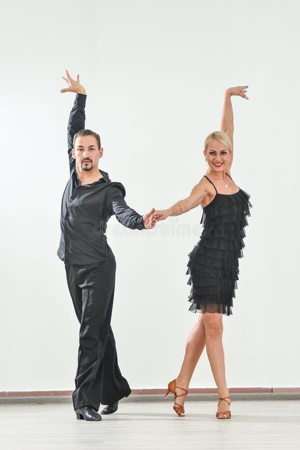 Paar dansen geïsoleerd over witte achtergrond stock fotografie
