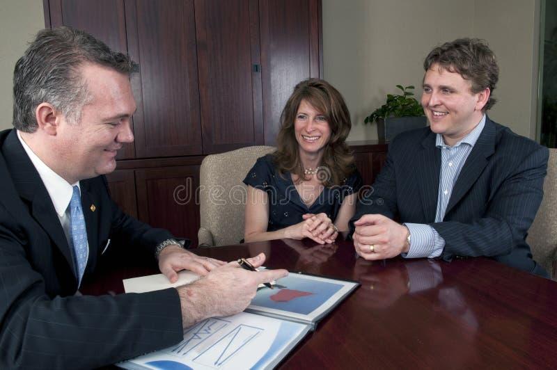 Paar dat aan adviseur Financail spreekt stock afbeelding