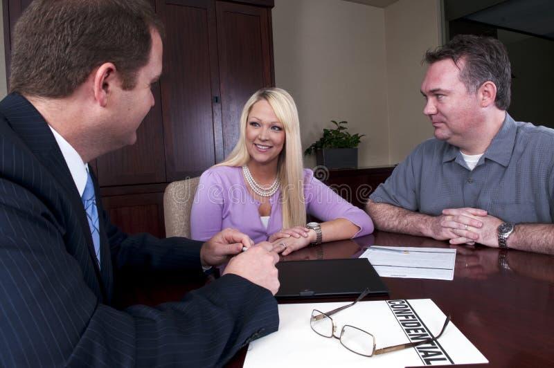 Paar dat aan adviseur spreekt royalty-vrije stock afbeelding