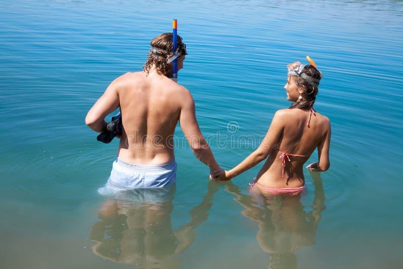 Paar dat aan het snorkelen doet stock foto's