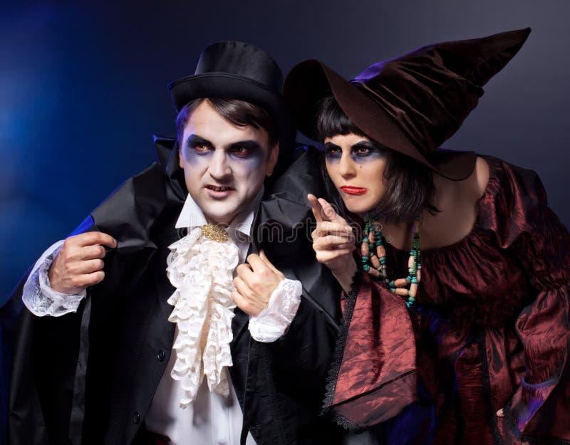 Paar dat als vampier en heks draagt. stock fotografie