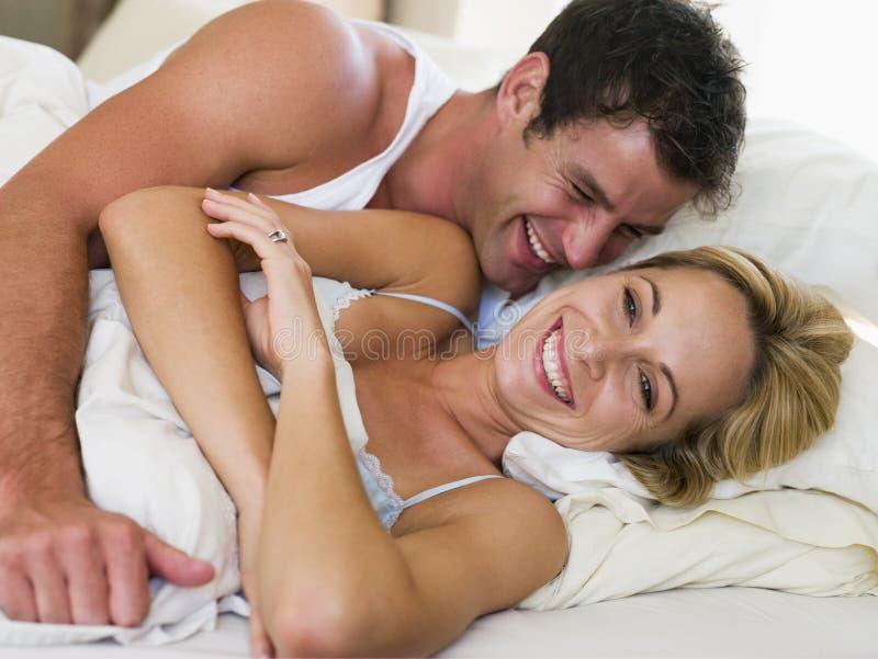 Paar dat in bed het lachen ligt