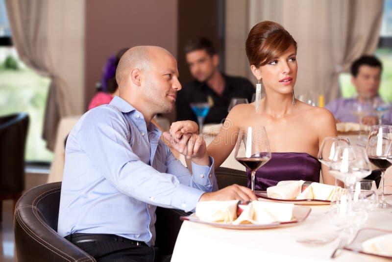 Paar dat bij restaurantlijst flirt royalty-vrije stock afbeeldingen