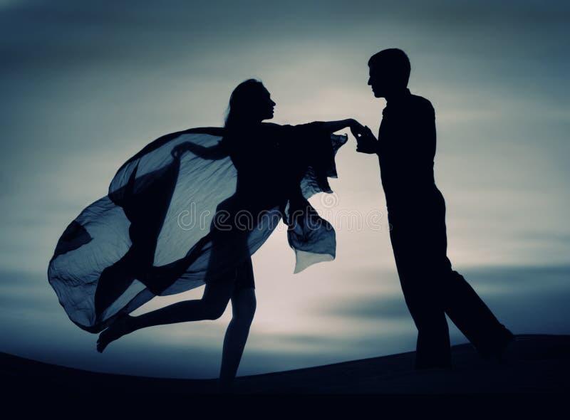 Paar dat bij zonsondergang danst royalty-vrije stock afbeeldingen