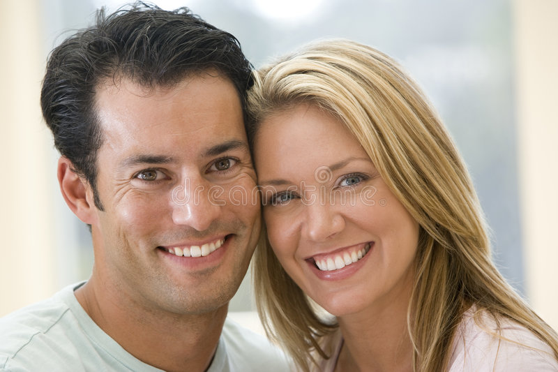 Paar dat binnen glimlacht royalty-vrije stock foto's