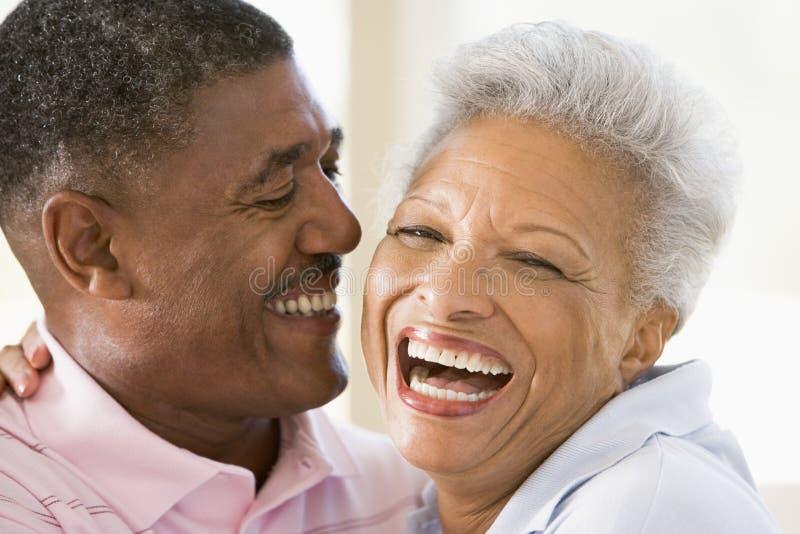 Paar dat binnen het lachen ontspant