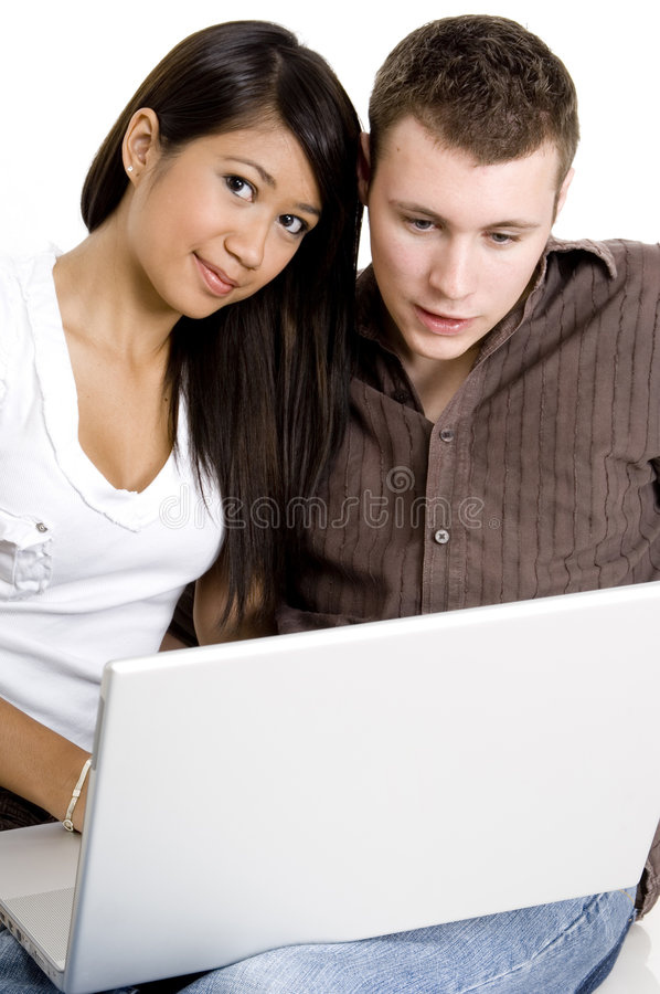 Paar dat Computer met behulp van stock foto