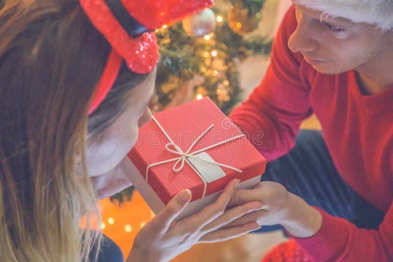 Paar dat de Giften van Kerstmis ruilt royalty-vrije stock afbeeldingen
