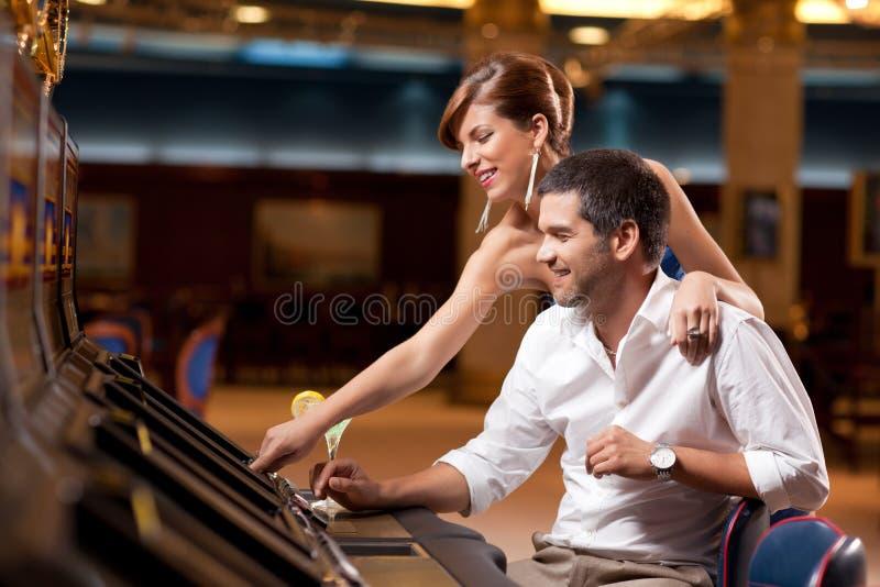 Paar dat de gokautomaat speelt royalty-vrije stock fotografie