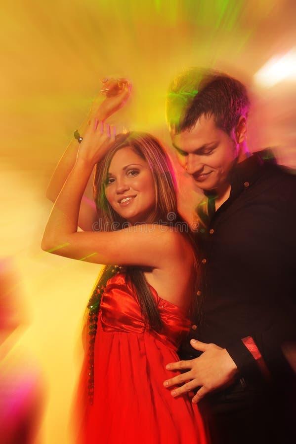 Paar dat in de nachtclub danst stock afbeelding